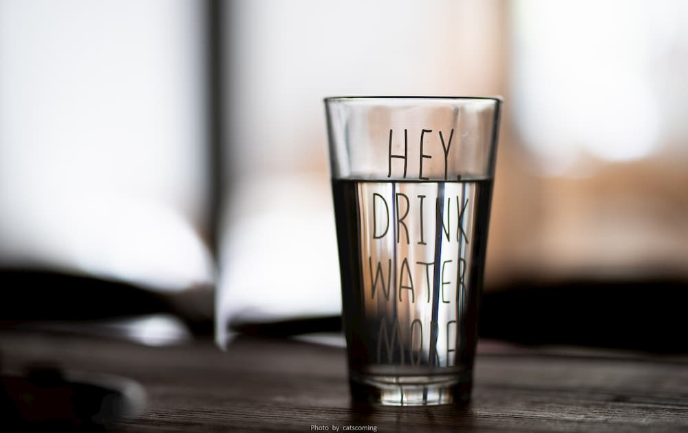 copo de agua em cima da mesa