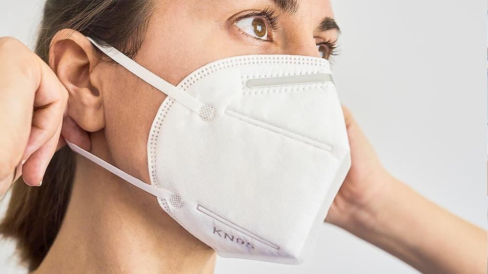 mulher usando mascara kn95